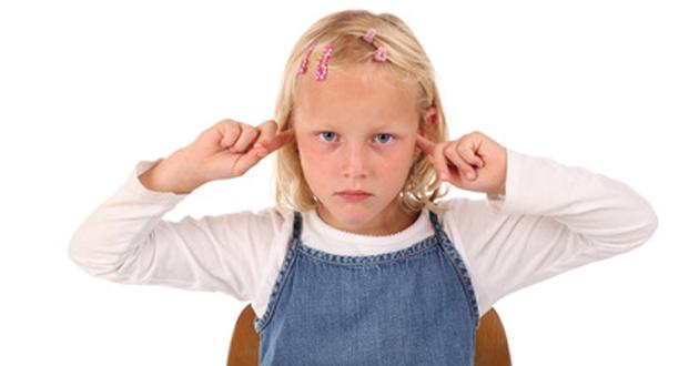 Kleines Mädchen Ohren zu