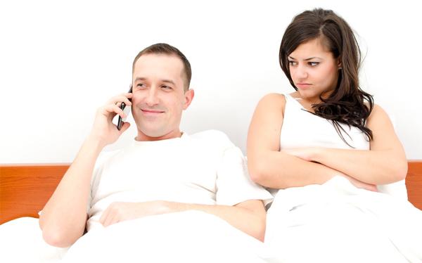 A letto col telefonino quanto male fa alla coppia - Coppia di amatori che scopano sul divano ...